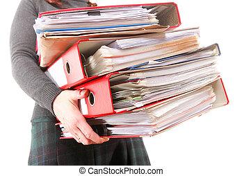 Trabajadora de oficinas con un montón de archivos