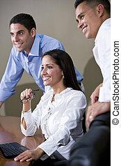 Trabajadores de oficina en la sala de juntas viendo la presentación