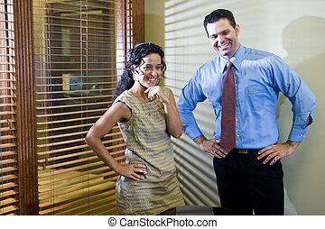 Trabajadores de oficinas en la sala de juntas