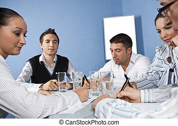 Trabajadores de oficinas en medio de una reunión de negocios