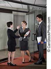 Trabajadores de oficinas estrechando la mano en la sala de juntas
