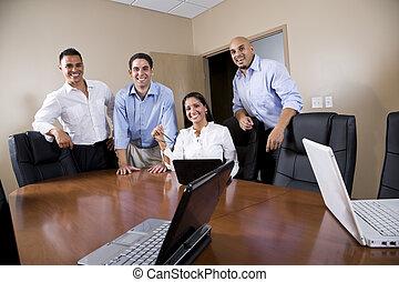 Trabajadores de oficinas hispanos en la sala de juntas