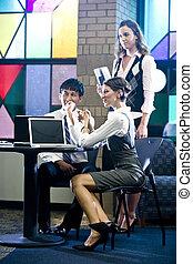 Trabajadores de oficinas jóvenes en sala de reuniones