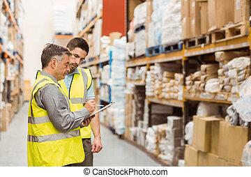 Trabajadores del Almacén hablando juntos en el trabajo