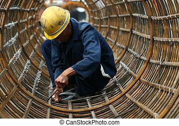 Trabajadores en construcción de puentes