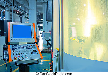 Trabajadores en el funcionamiento de las máquinas CNC