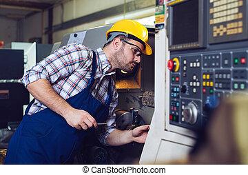 Trabajadores industriales que operan con máquinas de metal en la industria