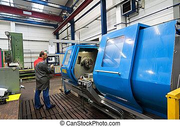Trabajadores más viejos de la industria del metal en la máquina de molinos de CNC.