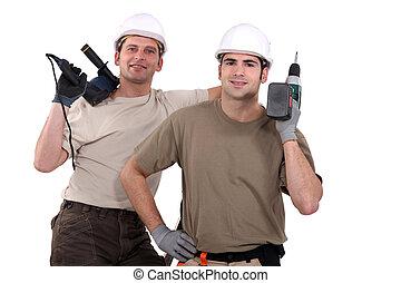 Trabajadores manuales con herramientas eléctricas