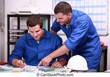 Trabajadores manuales en una oficina