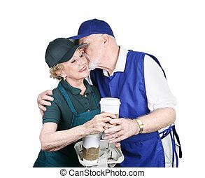 Trabajadores mayores enamorados