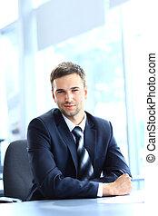 trabajando, sentado, oficina, joven, escritorio, hombre de negocios