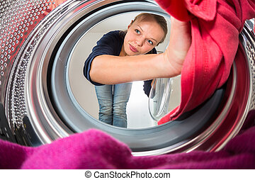 Trabajo doméstico: una joven lavando ropa