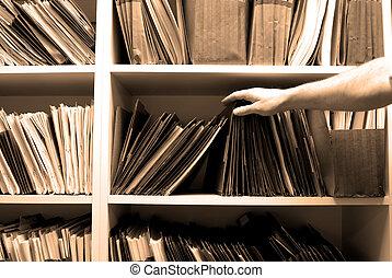 Trabajo en archivos en una sala de archivos