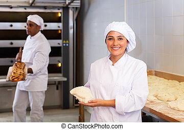 trabajo, sonriente, cámara, diario, masa, panadero, durante, mujer
