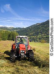 Tractor arando campo en un soleado día de otoño.