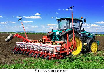 Tractor arando los campos en primavera.