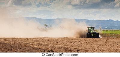 Tractor arando tierras de granja secas