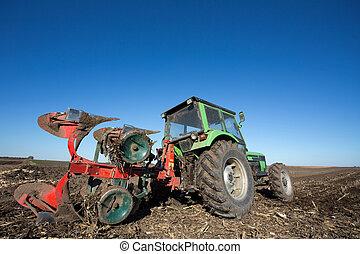 Tractor con equipo de arado en el campo