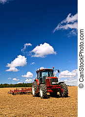 Tractor en campo arado