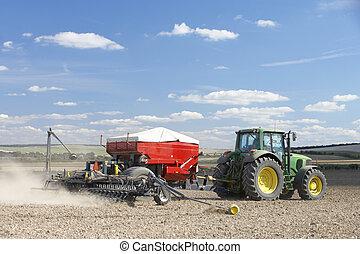 Tractor plantando semillas en el campo
