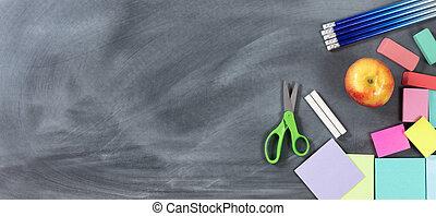 Tradicional a objetos escolares en pizarra