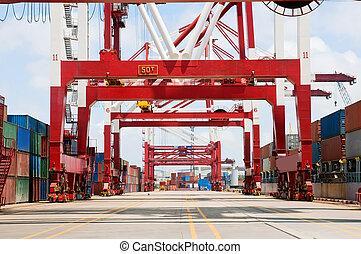 Transporte de carga del contenedor descargando