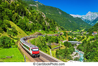 Tren de Intercity en el ferrocarril Gotthard, Suiza
