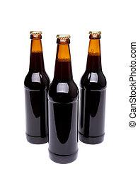 Tres botellas de cerveza en blanco.