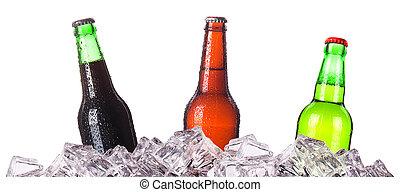 Tres botellas de cerveza sobre hielo