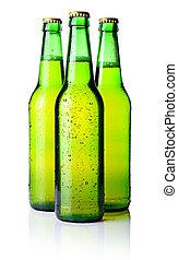 Tres botellas verdes de cerveza aisladas en blanco