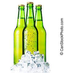 Tres botellas verdes de cerveza con hielo aislado