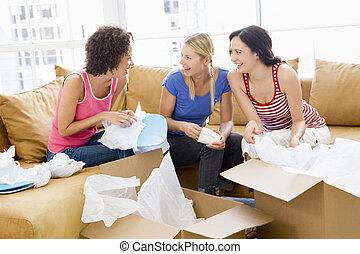tres, cajas, nuevo hogar, novias, sonriente, desembalar