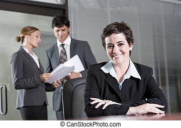 Tres empleados se reúnen en la sala de juntas