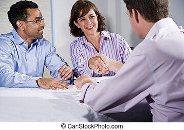 Tres empresarios se reúnen, hombres estrechan la mano
