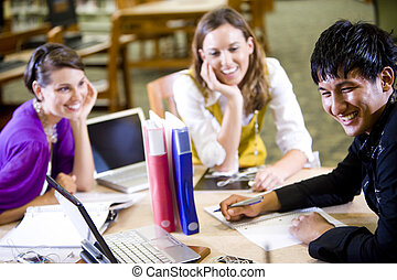 Tres estudiantes universitarios estudiando juntos