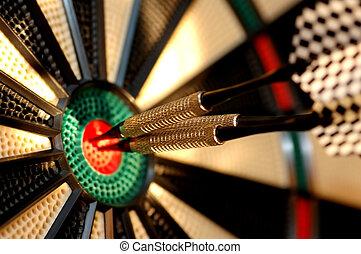 Tres flechas en el centro de una tabla de dardos