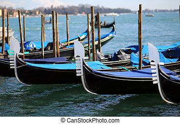 Tres góndolas cerca de la plaza de San Marcos en Venecia