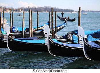 Tres góndolas en Venecia en Italia