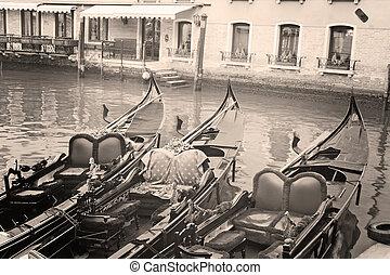 Tres góndolas en Venecia, Italia