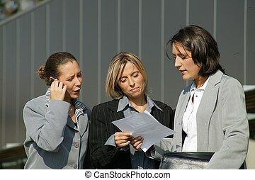Tres mujeres de negocios estaban fuera de la oficina