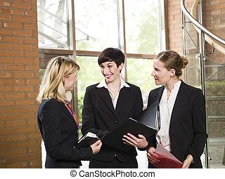 Tres mujeres en una reunión de negocios