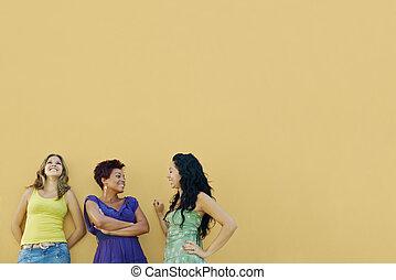 Tres mujeres hablando y divirtiéndose