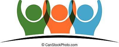 Tres personas sosteniendo el logotipo