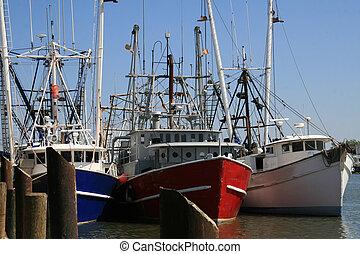 Tres pesqueros atados al moro al final del día
