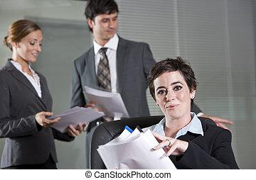 Tres trabajadores de la oficina reuniéndose en la sala de juntas