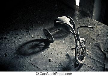 triciclo abandonado