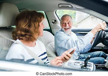 trip., 3º edad, smartphone, sentado, pareja, coche, feliz, yendo