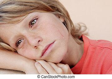 Triste e infeliz niña llorando lágrimas