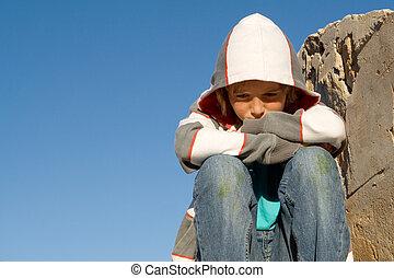 Triste, solitario, infeliz, afligido, niño sentado solo